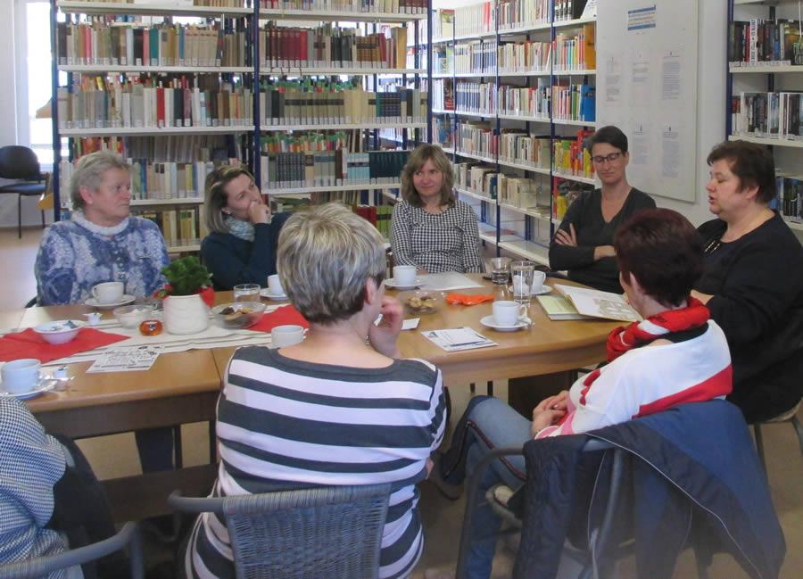 Bild: Frauen rund um den Tisch